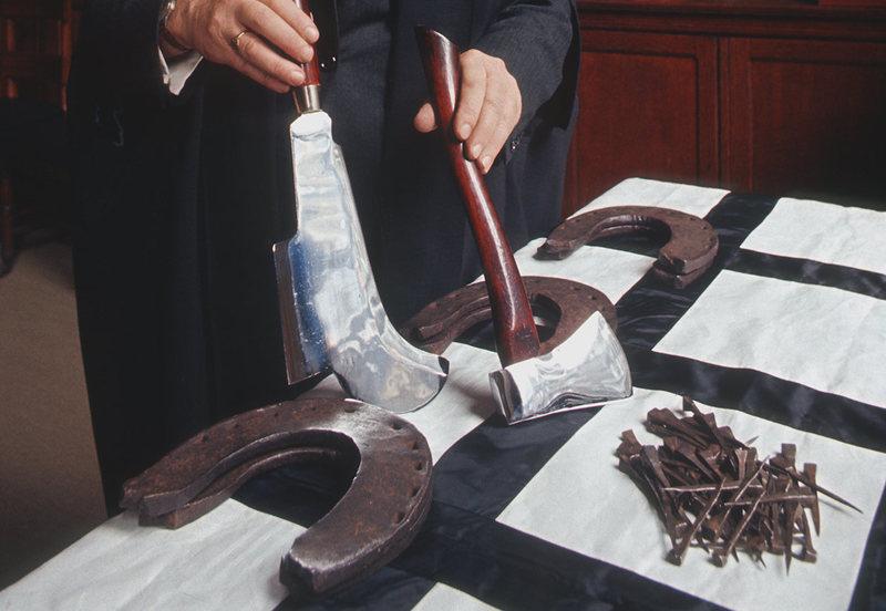 Топор, нож, 61 гвоздь и 6 подков