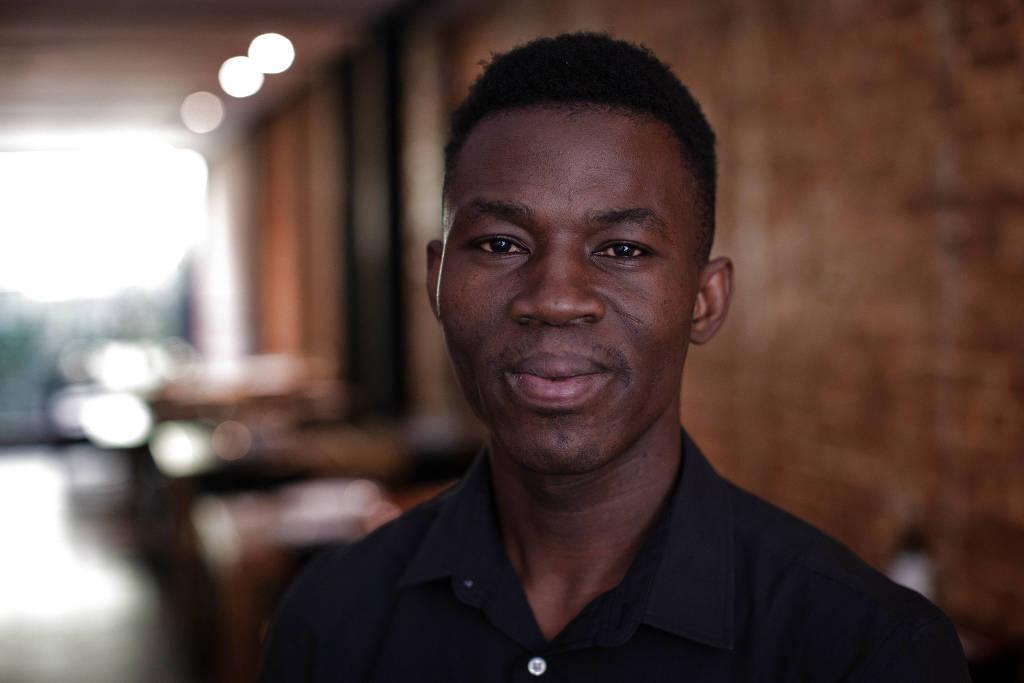 Официант Абдулай Гибила, 30 лет, родом из Буркина-Фасо и находится в Бразилии с 2014 года.