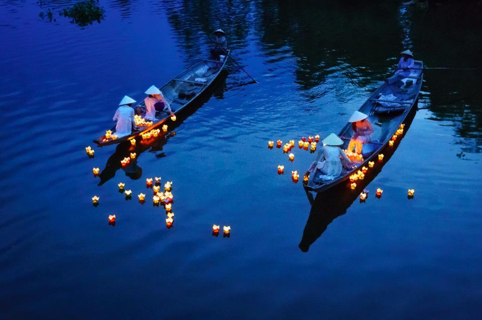 Плавающие свечи в реке Perfume в Хюэ