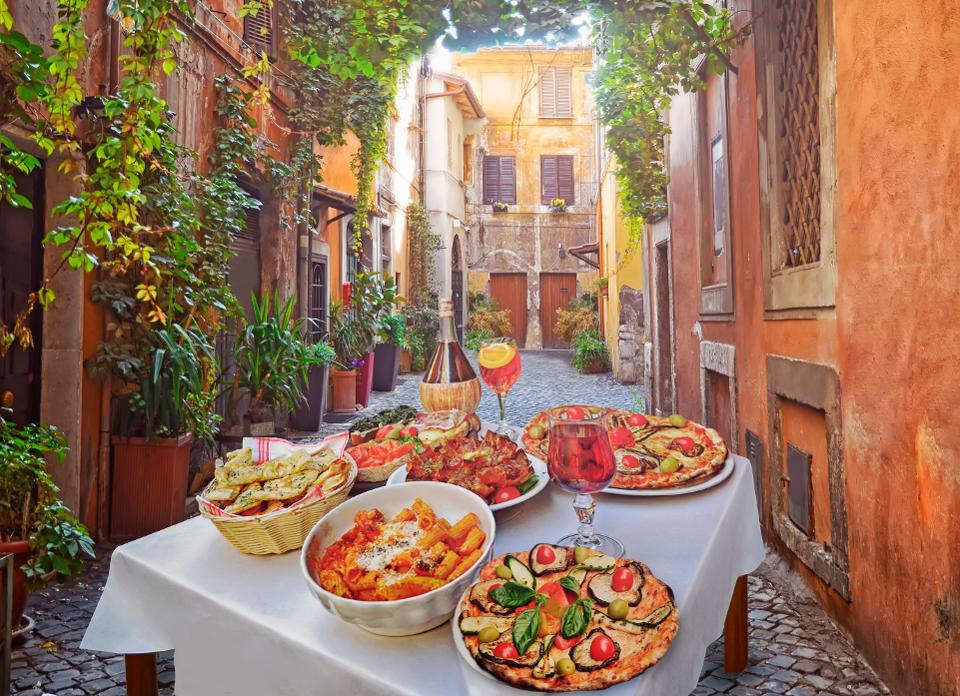 Кулинарная экскурсия с гидом - идеальный способ попробовать кулинарные шедевры Рима.