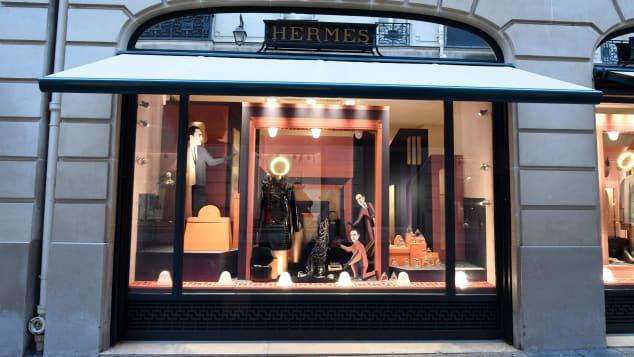 На Фобур Сент-Оноре вы найдете ряд французских домов моды класса люкс, включая Hermés.