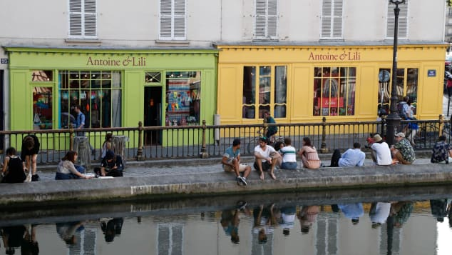 Канал Сен-Мартен протекает через верхнюю часть восточного Парижа и является менее туристическим, артистичным районом с маленькими бутиками.