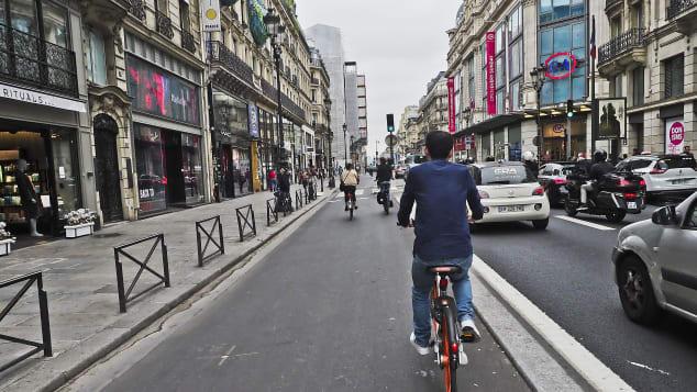 Вы можете провести весь день на улице Риволи, исследуя большие универмаги, небольшие бутики и прекрасные кафе.