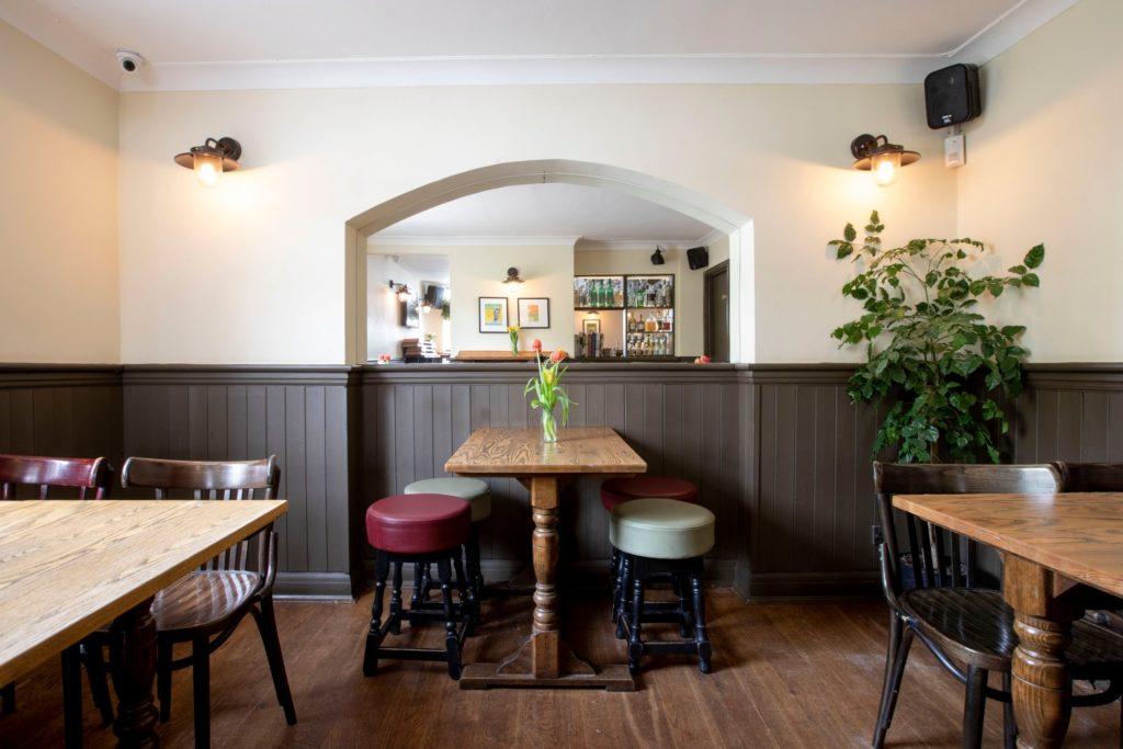 Ресторан Four Legs в Compton Arms Лондон