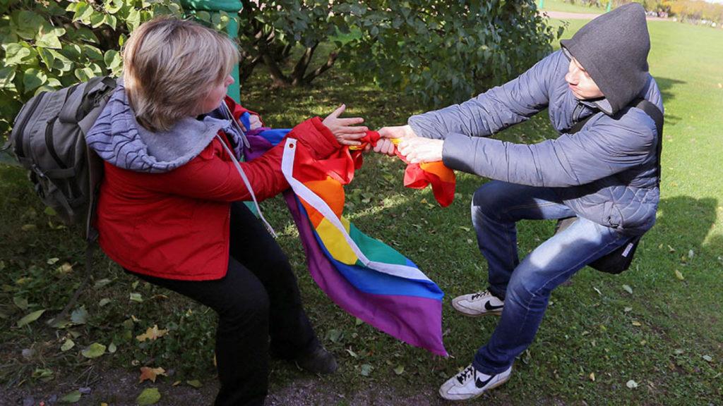 ЛГБТ-активисты регулярно сталкиваются с угрозами со стороны антигейских и правых радикалов