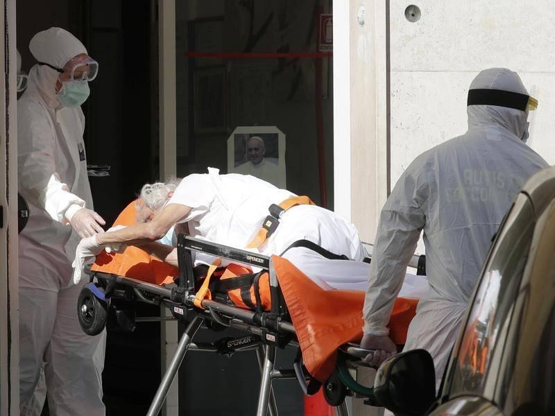 Такой тревожный уровень смертности в Италии может быть вызван несколькими причинами