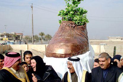 Памятник обуви в Ираке