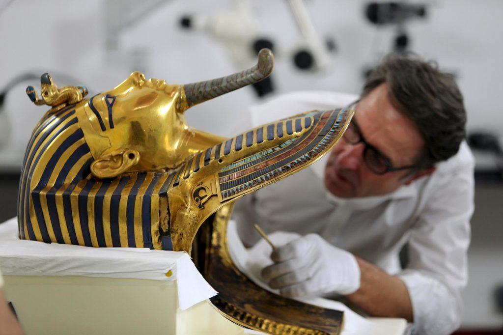 Золотую маску Тутанхамона несколько раз реставрировали