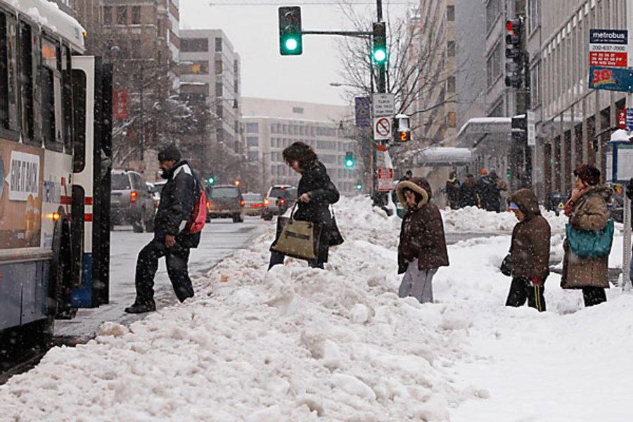 Тонны снега - это неудобно, но это никогда не останавливает ньюйоркцев от выхода на улицу