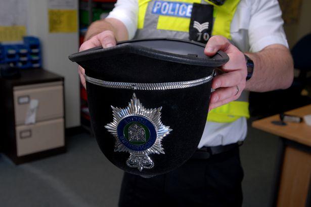 Беременным женщинам разрешается мочиться в полицейские шлемы