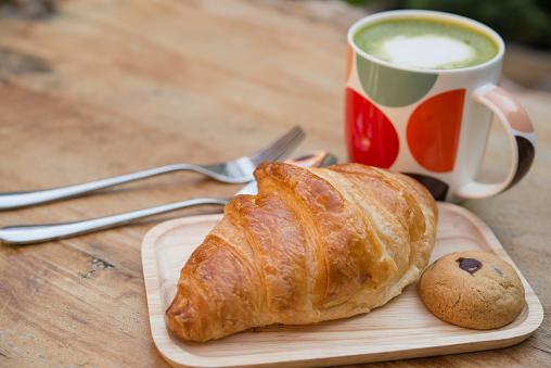 Французский кофе требует достаточно большой чашки, чтобы окунуть круассан