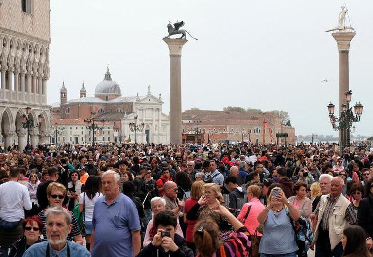 Достопримечательности, которые сильно пострадали от туристов