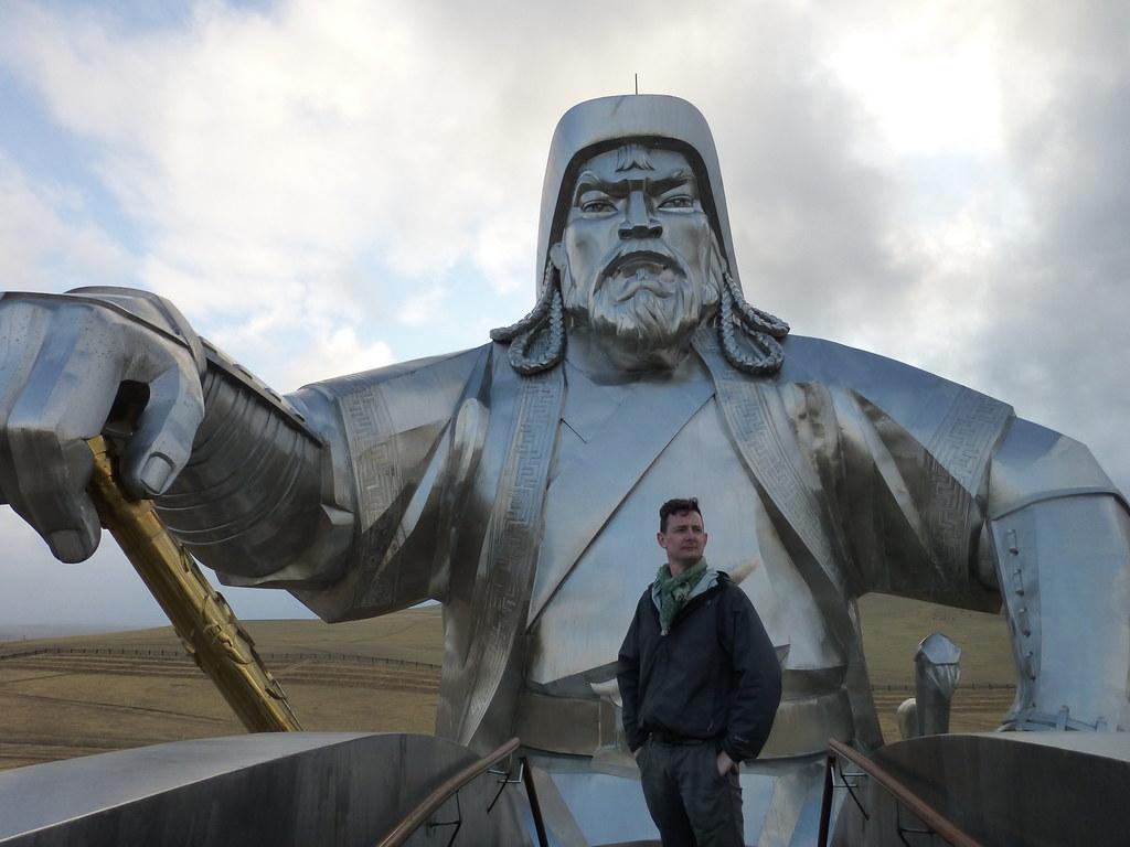 Посмотрите на статую Чингисхана