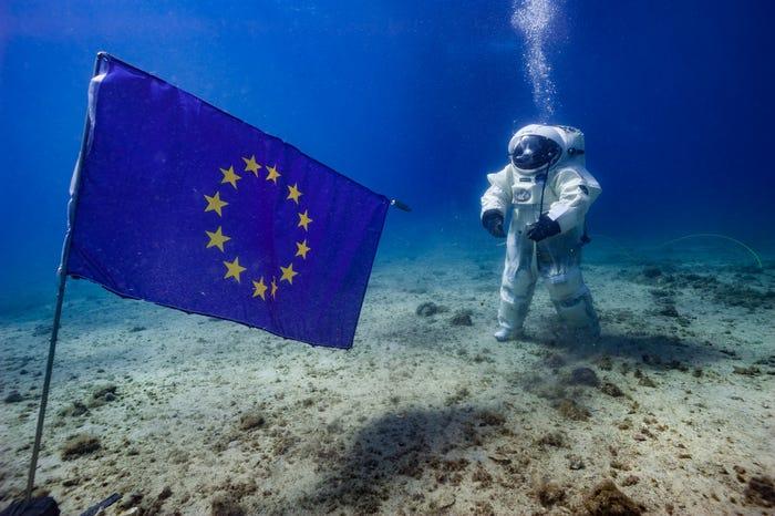 Флаг Европейского Союза на дне моря