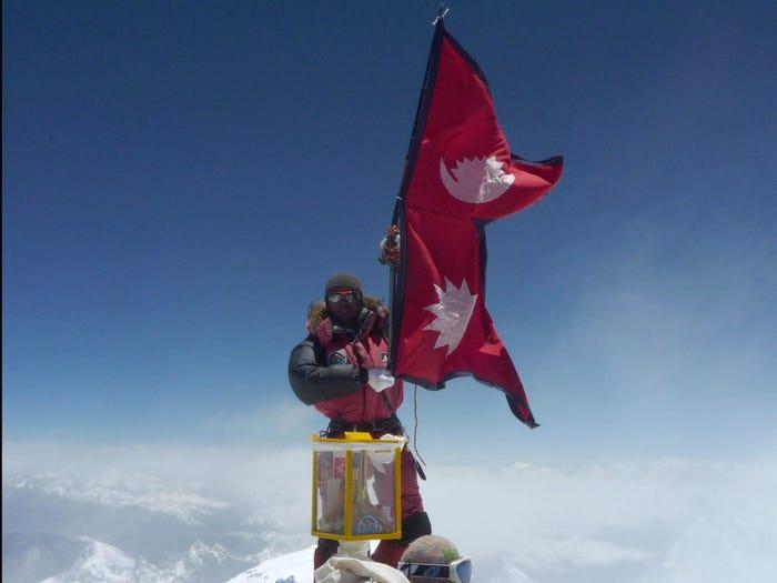 Национальный флаг Непала на вершине Эвереста