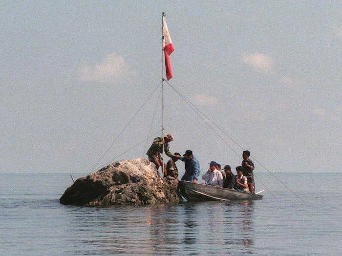Эта камень посреди океана пользовался большим интересом как Филиппин, так и Китая
