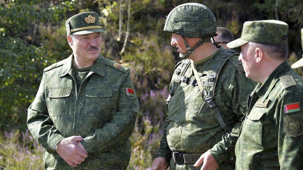 Указывая пальцем на НАТО