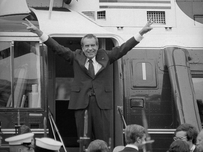 """Никсон показывает """"пис"""" после ухода с поста президента (1974 год)"""