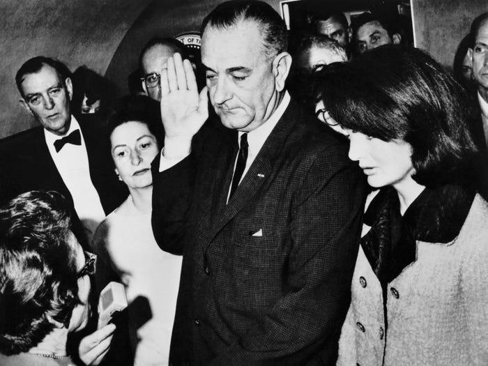 Линдон Джонсон стал единственным президентом, принесшим присягу в самолете