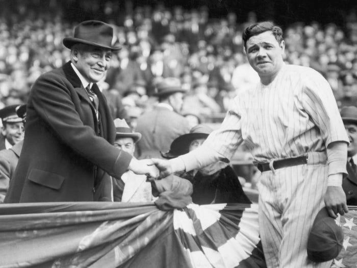 """Президент Уоррен Гардинг держит Бейба Рута за руку на стадионе """"Янки"""""""