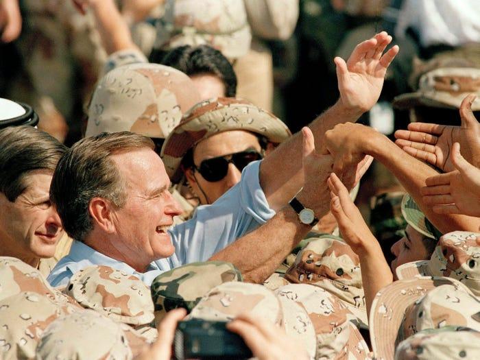 Джордж Буш празднует День Благодарения с войсками в Саудовской Аравии (1990 год)