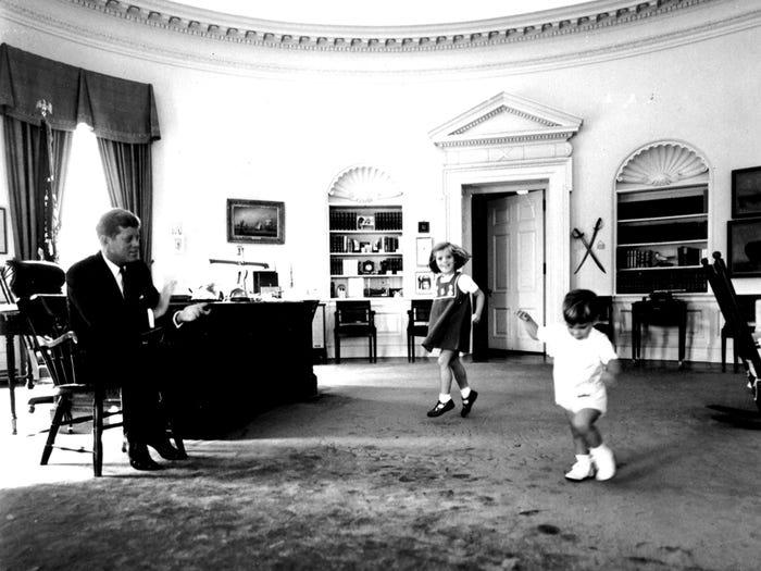 Президент Джон Ф. Кеннеди со своими детьми в Овальном кабинете (1962 год)