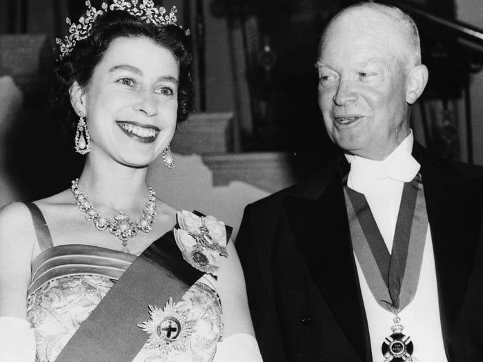 Президент Эйзенхауэр и королева Англии позируют фотографам в Белом доме (1957 год)