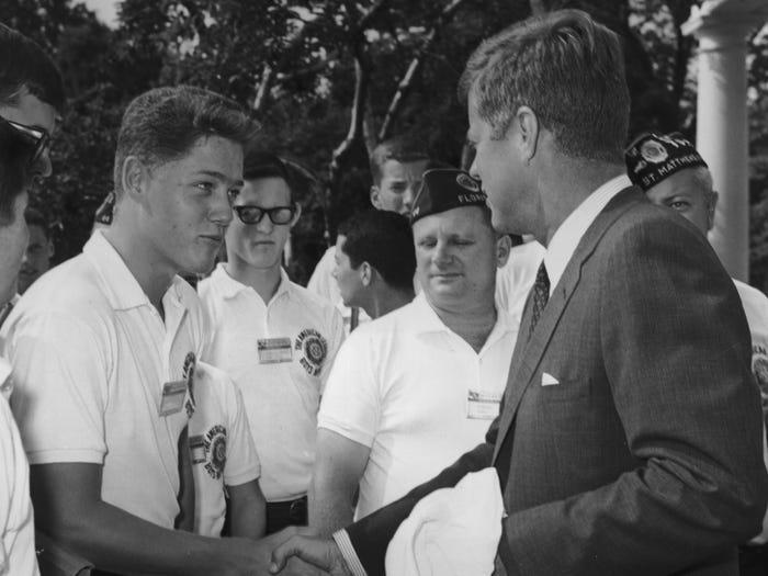 Билл Клинтон, которому тогда было 16 лет, пожимает руку президенту Кеннеди (1963 год)