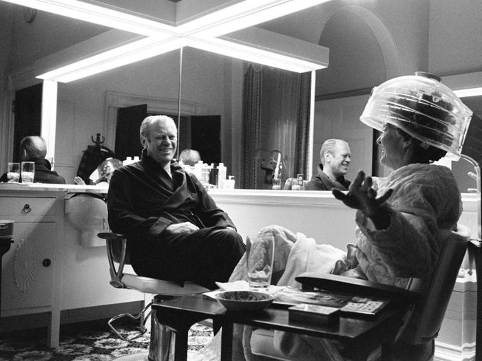 Джеральд Форд проводит время с женой Бетти, восстанавливающейся после операции (1975 год)