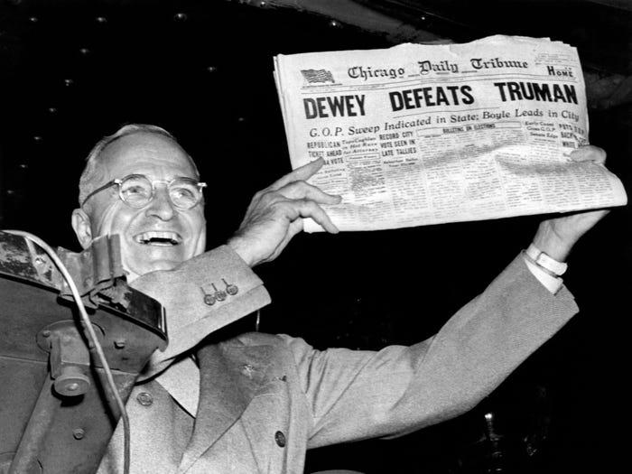 Гарри Трумэн демонстрирует опечатку в газете о том, что он проиграл выборы (1948 год)