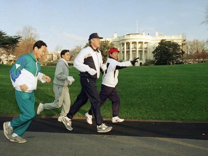 Билл Клинтон совершает пробежку с лидером Южной Кореи Ким Ён Самом (1993 год)