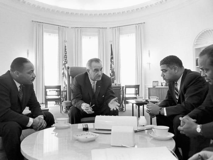 Президент Джонсон встретился в Белом доме с Мартином Лютером Кингом (1963 год)
