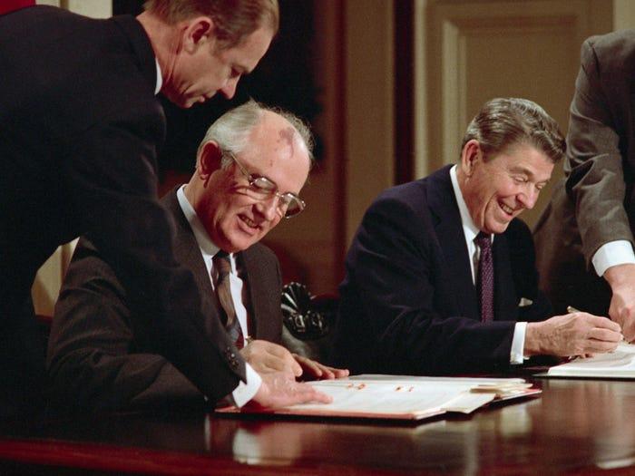 Рейган и Горбачев подписывают Договор о ракетах средней и меньшей дальности (1987 год)