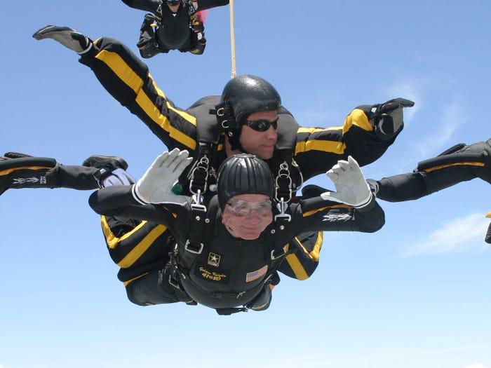 Бывший президент Джордж Буш отпраздновал свое 80-летие прыжком с парашютом