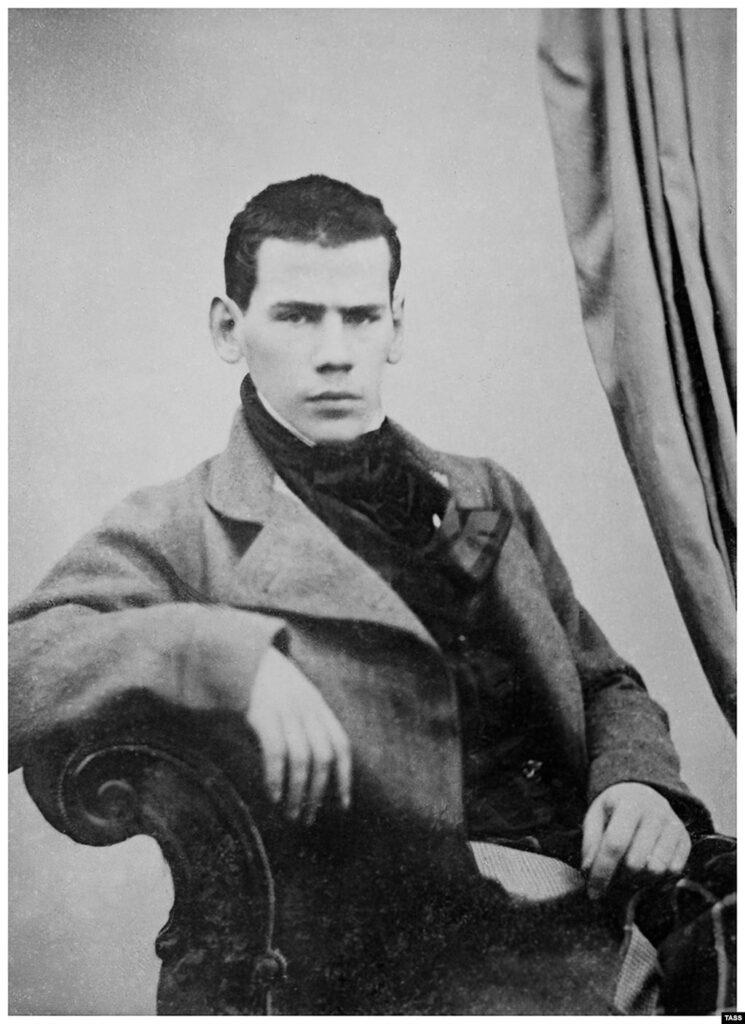 Двадцатилетний Лев Николаевич Толстой позирует для портрета.