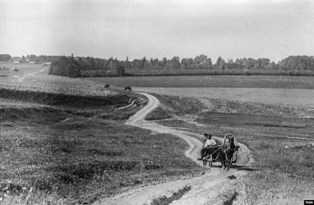 Дорога к Ясной Поляне, дому Толстого в деревне к югу от Москвы, сфотографирована в 1909 году