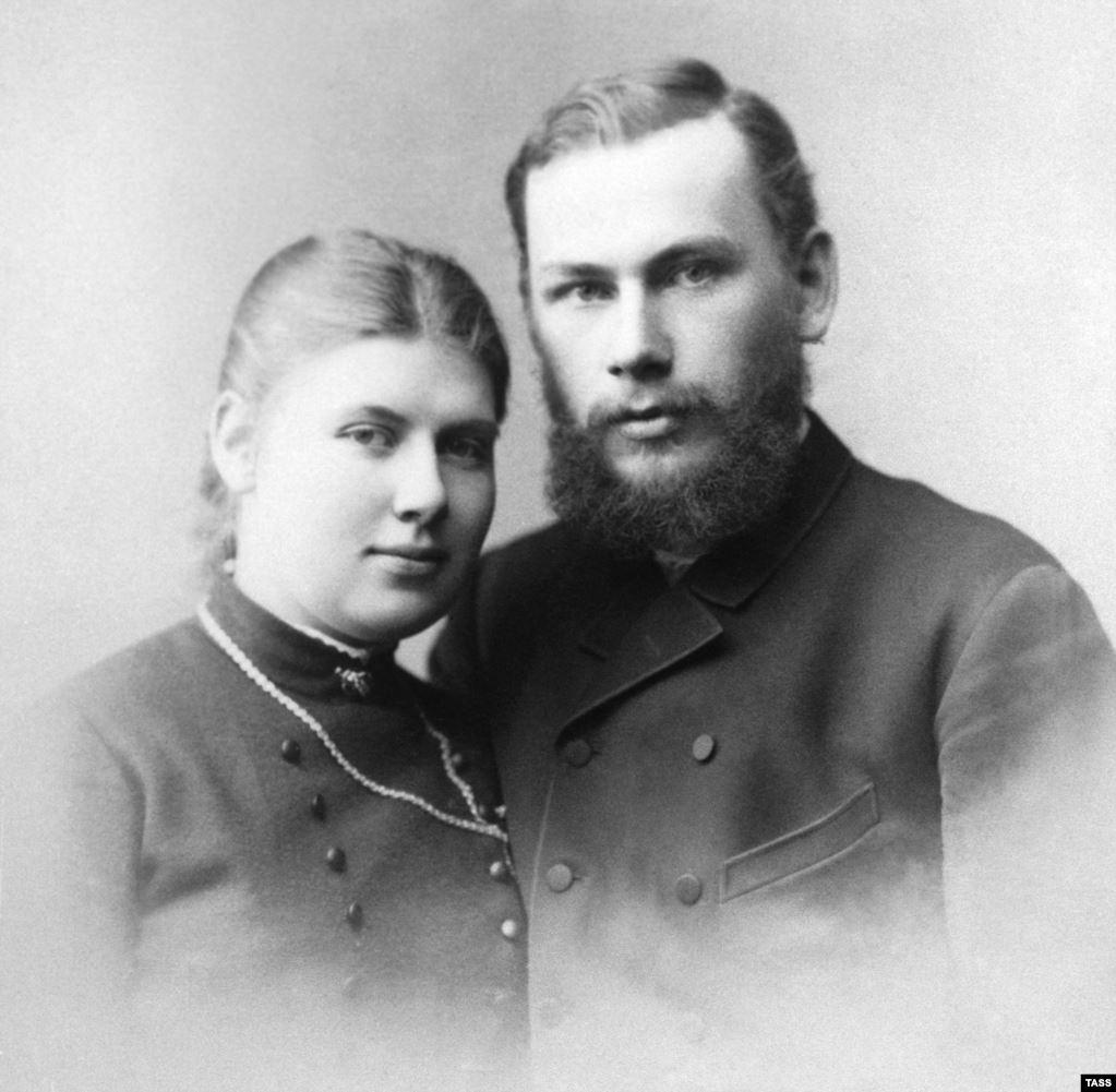 Толстой с женой Софией, на которой он женился в 1862 году.