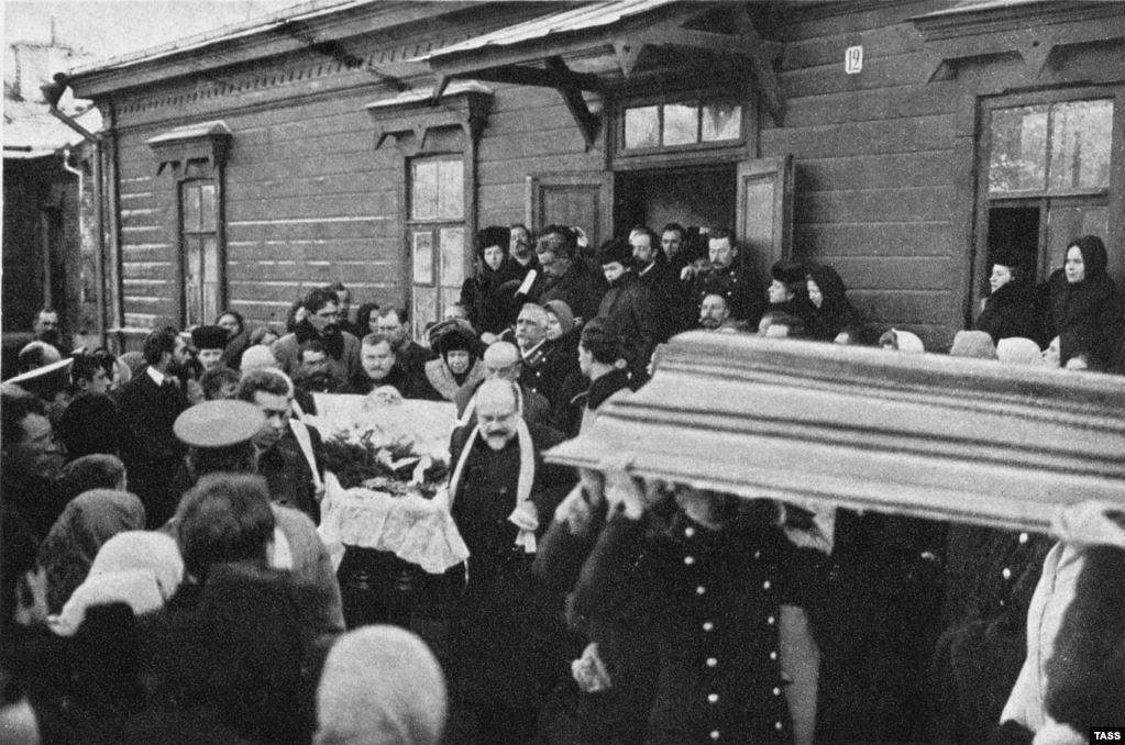 Тело Толстого выносят с железнодорожной станции в Липецкой области, где скончался знаменитый писатель