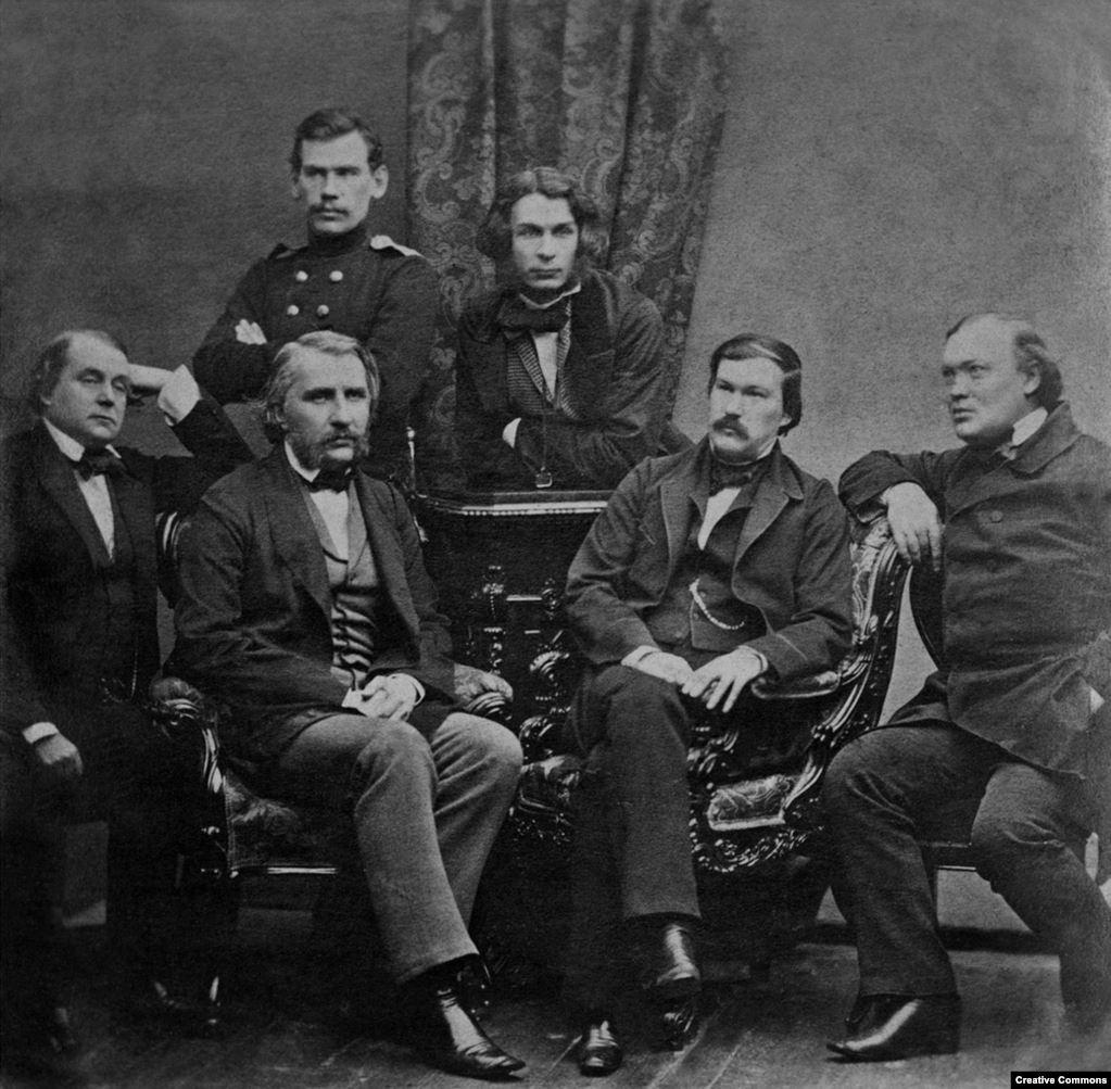 Толстой (вверху слева) позирует с группой других русских писателей в 1856 году