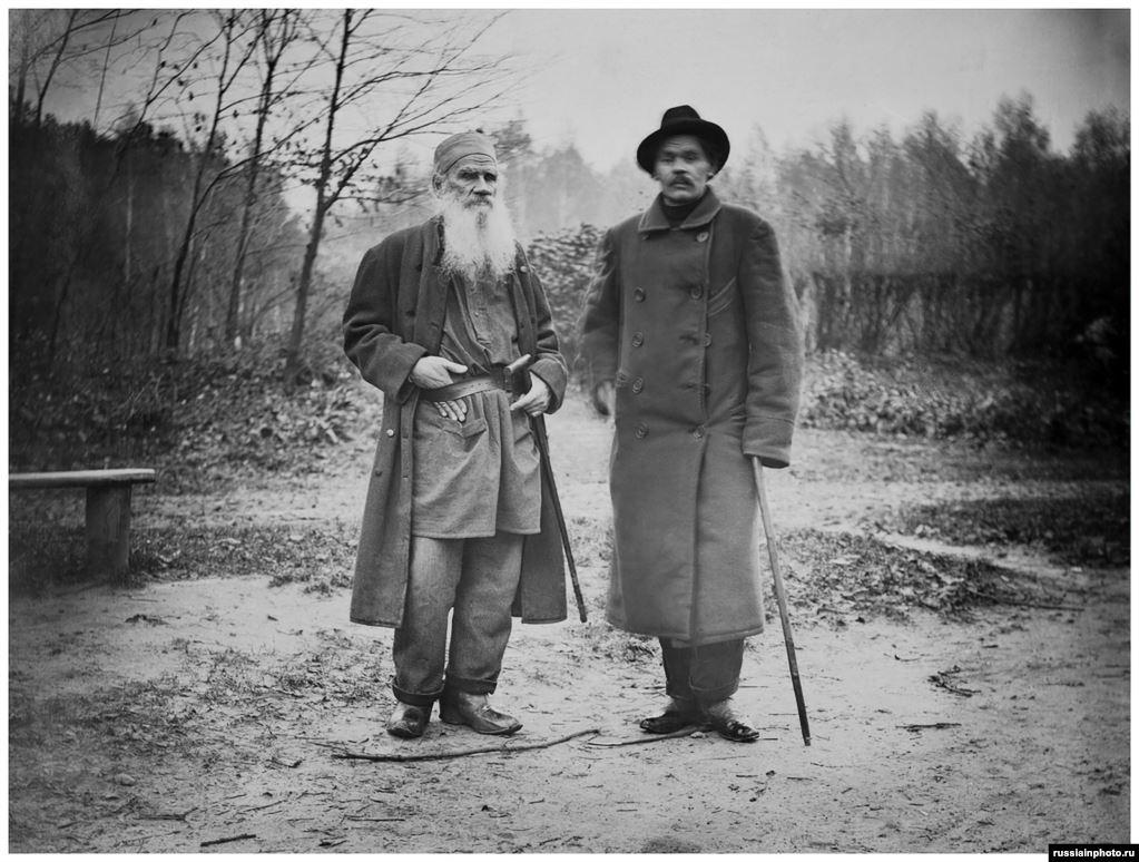Толстой позирует с писателем Максимом Горьким в Ясной Поляне в 1900 году.