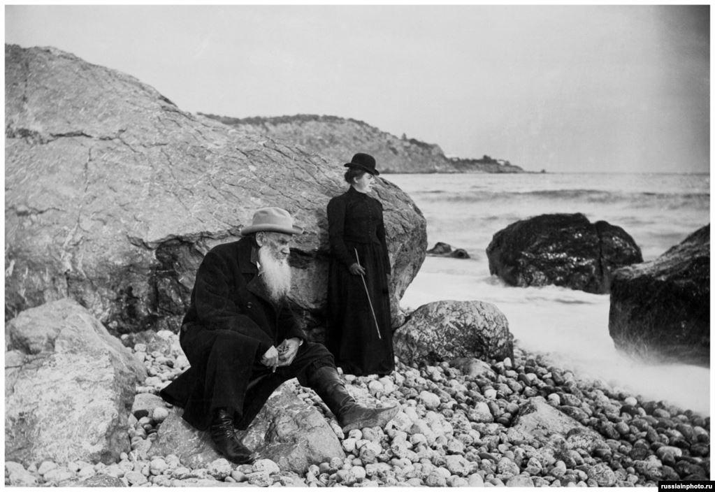 Толстой с дочерью Александрой у моря в 1901 году в неизвестном месте.