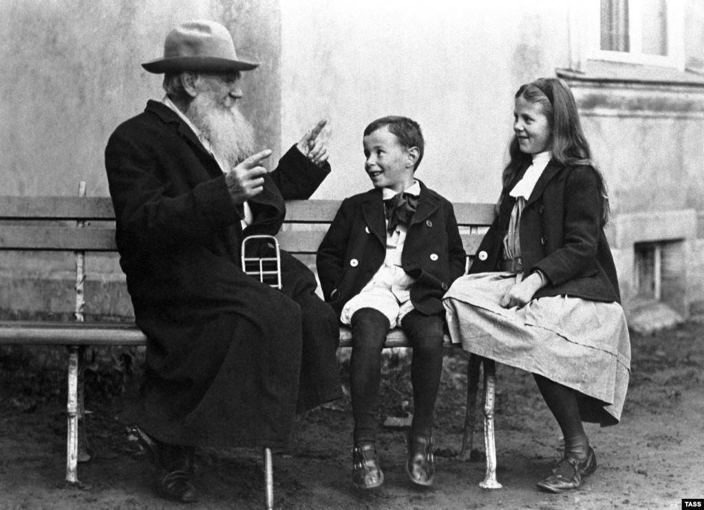 Толстой веселит внуков, рассказывая им сказку 1908 года