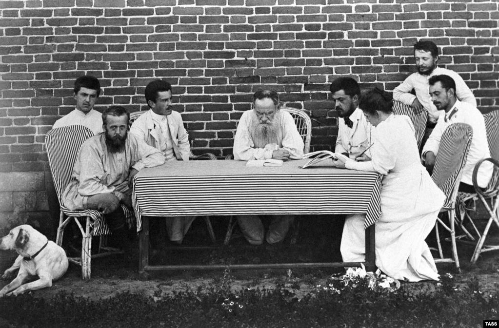Толстой составляет список голодных крестьян, нуждавшихся в пропитании во время голода 1891 года