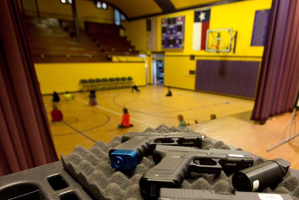 """Закон """"О школах без оружия"""", объявил незаконным его хранение возле школ"""
