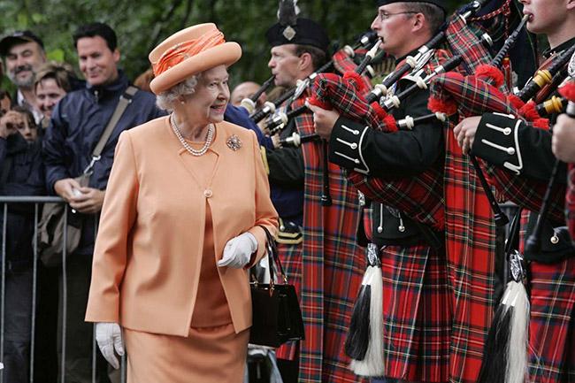 Каждое утро королева Елизавета II просыпается от звуков волынки