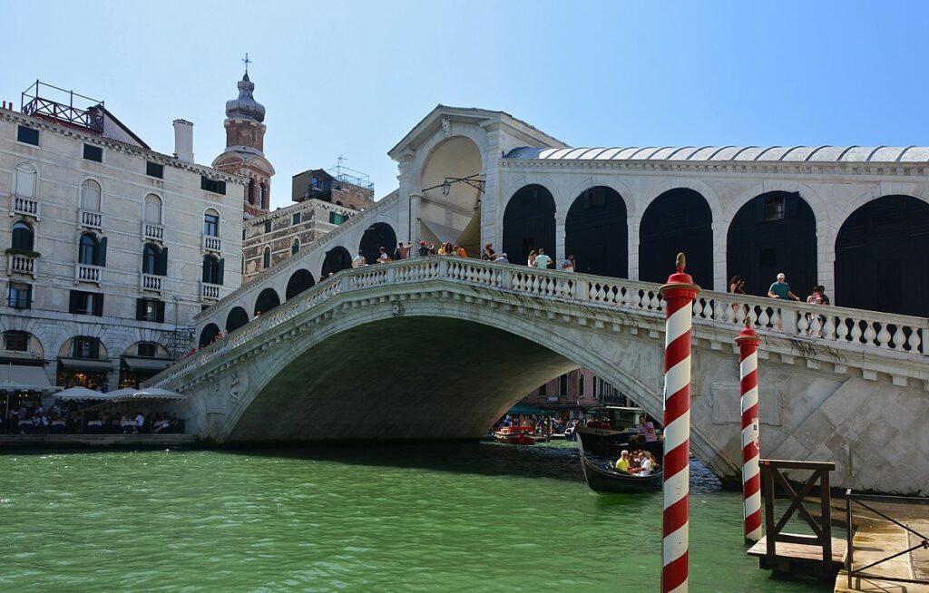 Из более чем 400 мостов Венеции только четыре пересекают Гранд-канал