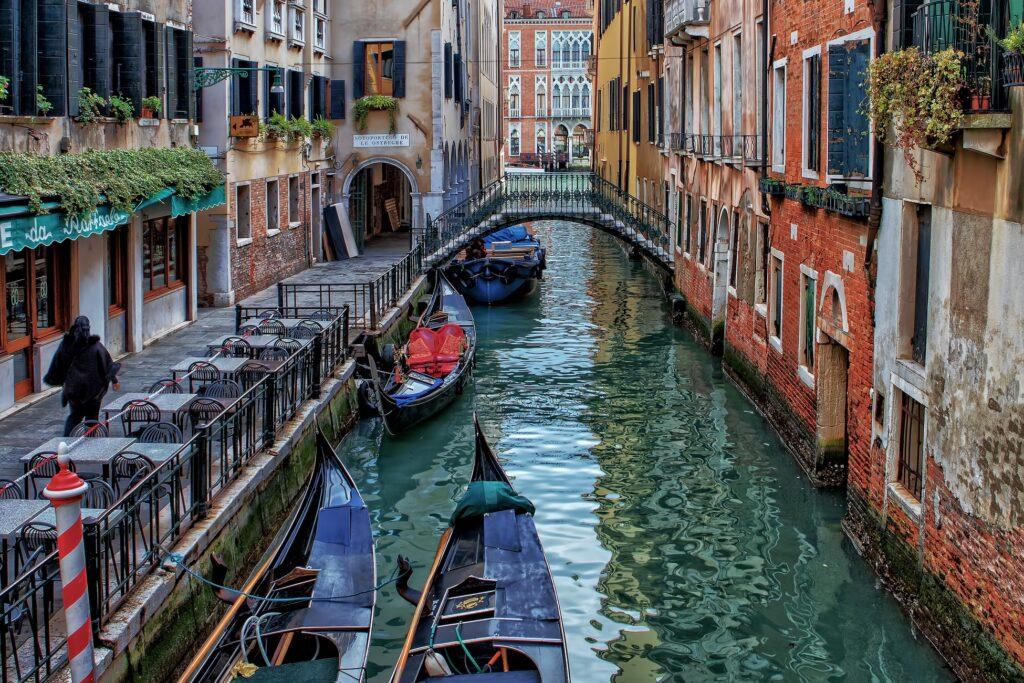 Каналы Венеции имеют глубину до 17 м