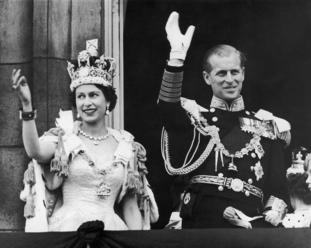 Королева Елизавета II и герцог Эдинбургский обращаются к народу Британии