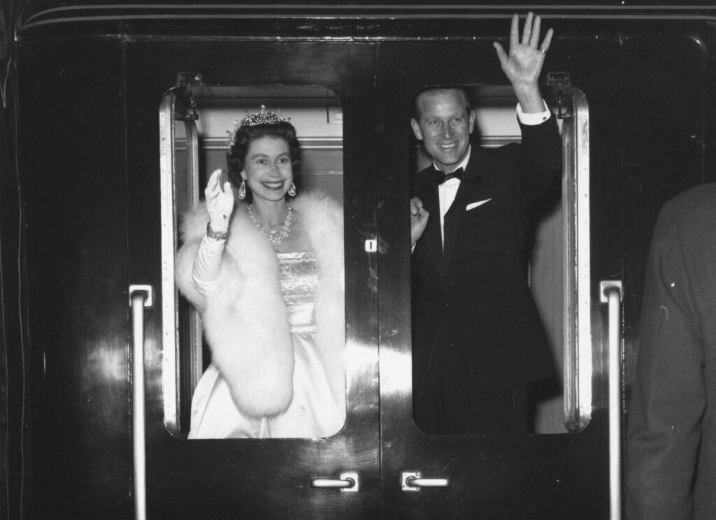 Елизавета II и Филипп после ледового шоу