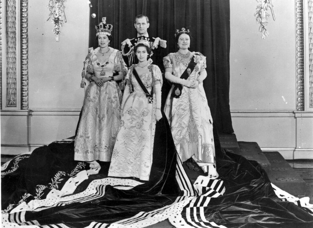 Елизавета и Филипп с принцессой Маргарет и королевой-матерью